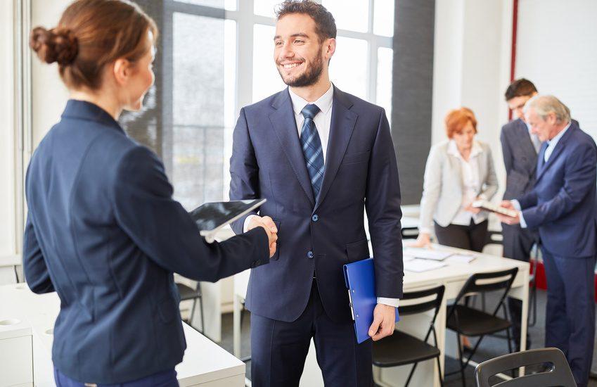 Geschäftspartner schütteln sich die Hände als Zeichen der Partnerschaft